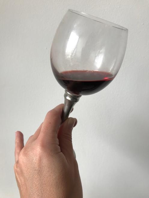 La forma correcta es tomar la copa desde el tallo
