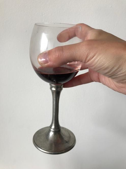 Al sujetar la copa desde el cáliz se le transmite calor al vino